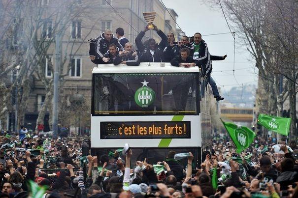 587024_parade-des-joueurs-de-saint-etienne-dans-les-rues-de-la-ville-au-lendemain-de-leur-victoire-en-coupe-de-ligue-le-21-avril-2013